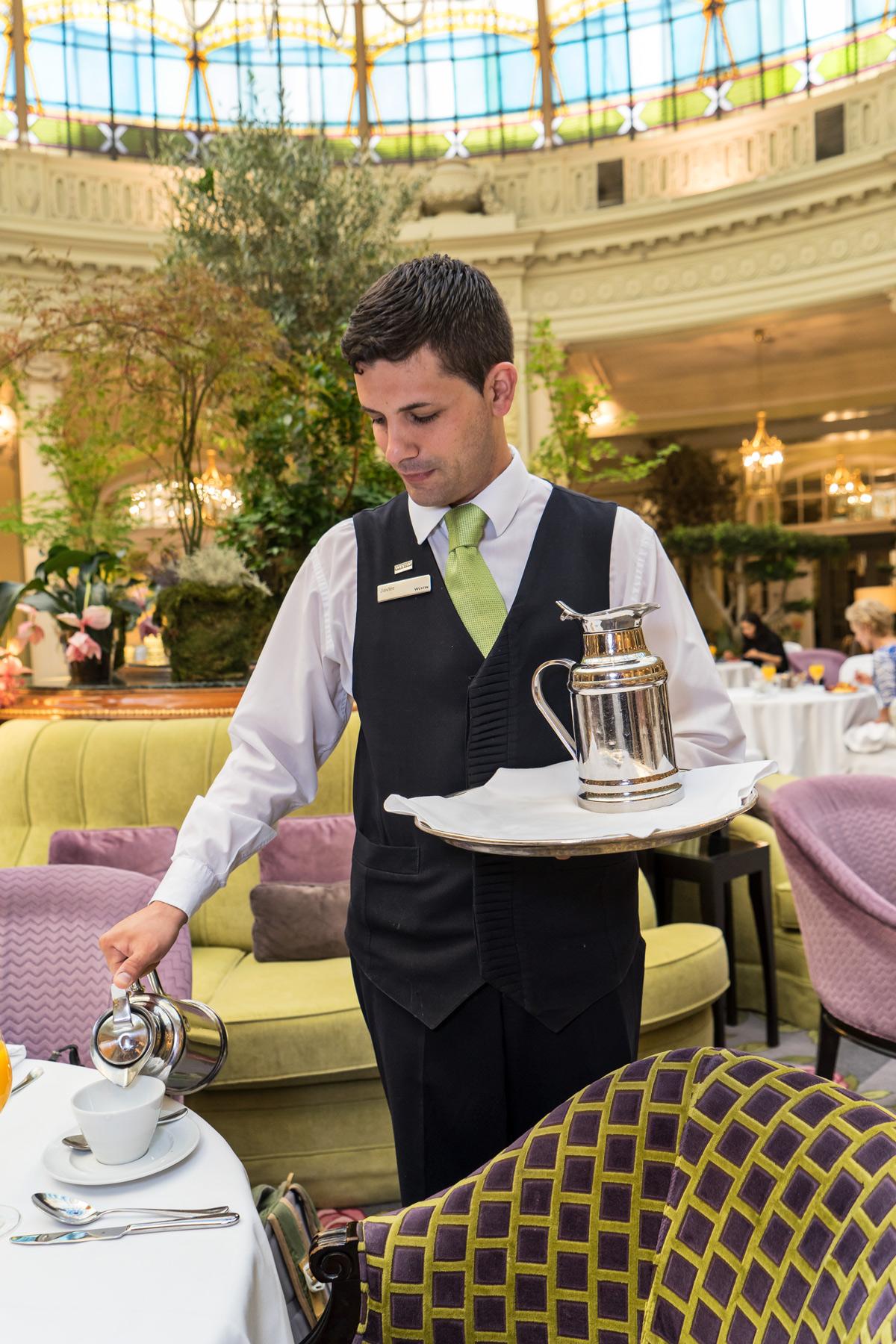 Spanien_Madrid_Westin-Palace_Servitör-frukost